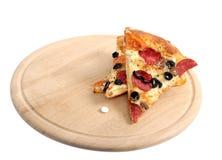 Tabuletas e pizza brancas em um splate de madeira Imagem de Stock Royalty Free