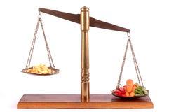 Tabuletas e vegetais em uma escala imagem de stock royalty free