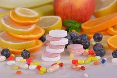 Tabuletas e vitaminas Foto de Stock