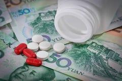 Tabuletas em cédulas de Yuan (renminbi) para o conceito da medicamentação Foto de Stock Royalty Free