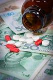 Tabuletas em cédulas de Yuan (renminbi) para o conceito da medicamentação Foto de Stock