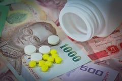 Tabuletas em cédulas tailandesas (baht) para o conceito da medicamentação Imagens de Stock Royalty Free