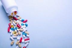 Tabuletas farmacêuticas sortidos e cápsulas da medicina Empilhe cores diferentes dos vários comprimidos da medicina no fundo bran fotos de stock royalty free