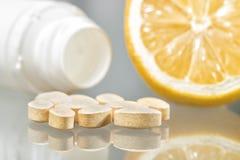 Tabuletas, garrafa e limão da vitamina c Imagem de Stock Royalty Free
