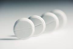Tabuletas médicas brancas redondas no conceito do cinza, da medicina e dos cuidados médicos Imagens de Stock Royalty Free