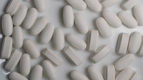 Tabuletas médicas e comprimidos no fundo branco Indústria farmacêutica Medicamento dos cuidados médicos Feche acima do branco ilustração stock
