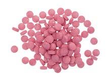 Tabuletas pequenas da vitamina B12 em um fundo branco Imagens de Stock
