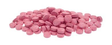 Tabuletas pequenas da vitamina B12 em um fundo branco Fotos de Stock Royalty Free