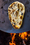 Tabun una manera tradicional de hacer el pan Pita del daruze Foto de archivo libre de regalías