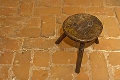 Taburete de madera tradicional rumano viejo foto de archivo