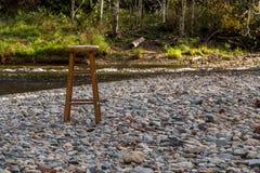 Taburete en un cauce del río Fotografía de archivo libre de regalías