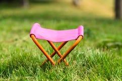 Taburete que acampa plegable en el parque al aire libre Foto de archivo
