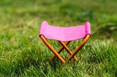 Taburete que acampa plegable en el parque al aire libre Imagen de archivo libre de regalías