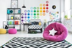 Taburete rosado en dormitorio colorido Imágenes de archivo libres de regalías