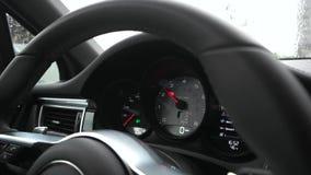Tacómetro activo en el coche almacen de metraje de vídeo