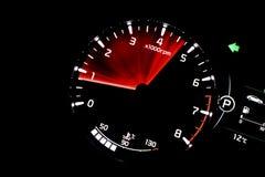 Tacômetro, trecho, fundo preto, temperatura do motor fotografia de stock