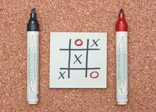 Tac van de tic teenspel met rode en zwarte tellers op cork Royalty-vrije Stock Afbeeldingen