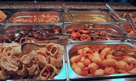 Taca wypełniająca z jedzeniem wśrodku jaźni usługa chińczyka restauraci obraz stock
