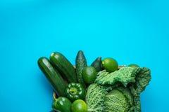 Taca z Świeżymi Organicznie Zielonymi warzywa Savoy kapusty Zucchini ogórków Dzwonkowych pieprzy Avocados na Jaskrawym Błękitnym  Obrazy Royalty Free