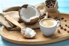 Taca z filiżanką smakowita kokosowa kawa i dokrętka obraz stock