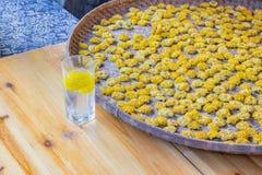 Taca z kolorów żółtych kwiatami i kwiat herbatą Obraz Stock