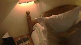 Taca z wineglasses zbliża łóżko zdjęcie wideo