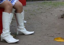 Tacchi alti bianchi nell'all'aperto Fotografia Stock