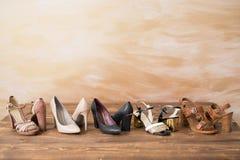 Tacchi alti differenti del ` s della donna di stile sul pavimento di legno Fotografia Stock Libera da Diritti