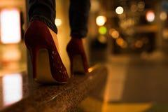 Tacchi alti sulla via Fotografie Stock