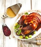 Tacchino arrostito con bacon e guarnito con le castagne ed i cavolini di Bruxelles fotografie stock