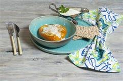 Tacchino tritato - paprica farcita con la salsa del yogurt e della menta immagine stock libera da diritti