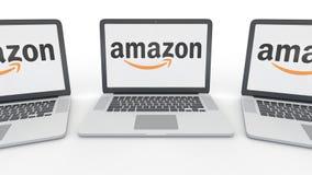 Taccuini con Amazon logo di COM sullo schermo Rappresentazione concettuale dell'editoriale 3D di tecnologie informatiche Immagini Stock Libere da Diritti