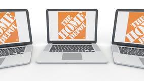 Taccuini con il logo di Home Depot sullo schermo Rappresentazione concettuale dell'editoriale 3D di tecnologie informatiche Immagini Stock Libere da Diritti