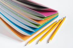 Taccuini della scuola con le matite Immagini Stock