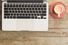 Taccuini e computer portatile sulla scrivania o sulla tavola di legno fotografia stock