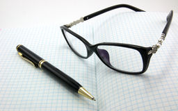 Taccuini, penne, vetri Immagini Stock Libere da Diritti