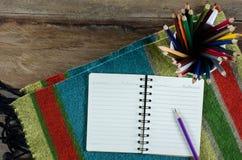 Taccuini, tessuto delle matite su una tavola di legno Immagine Stock Libera da Diritti