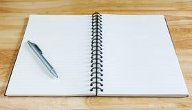 Taccuino e penna sullo scrittorio di legno Fotografie Stock Libere da Diritti