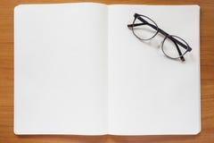 Taccuino in bianco con gli occhiali Fotografie Stock Libere da Diritti