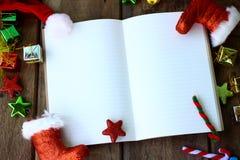 Taccuino in bianco con la decorazione di Natale su fondo di legno, accogliente Fotografia Stock