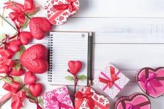 Taccuino in bianco con la matita e Valentine Heart Shape Gift Box Immagini Stock