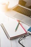 Taccuino in bianco con la matita ed il computer portatile Fotografie Stock