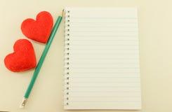 Taccuino in bianco con la matita ed il cuore rosso, annata fotografia stock