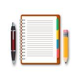 Taccuino in bianco con la penna e matita isolata su un fondo bianco Immagini Stock