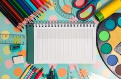 Taccuino bianco con la struttura degli articoli per ufficio e della scuola Fotografia Stock