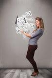 Taccuino casuale del holdin della giovane donna e leggere l'esplosivo nuovo Fotografie Stock