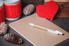 Taccuino con carta in forma di cuore rossa Fotografie Stock Libere da Diritti