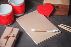 Taccuino con carta in forma di cuore rossa Immagine Stock