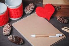 Taccuino con carta in forma di cuore rossa Fotografia Stock