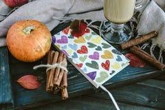 Taccuino con i cuori, la zucca, la cannella e le foglie Conce di autunno Immagine Stock